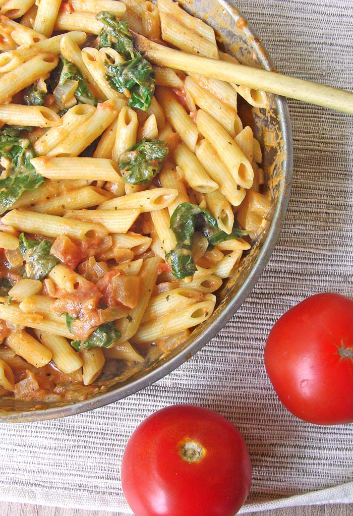Creamy Tomato and Spinach Pasta - hearty meal packed with flavor, perfect for a cold winter day and ready for 30 minutes #pasta #penne #tomatoes #30minutes