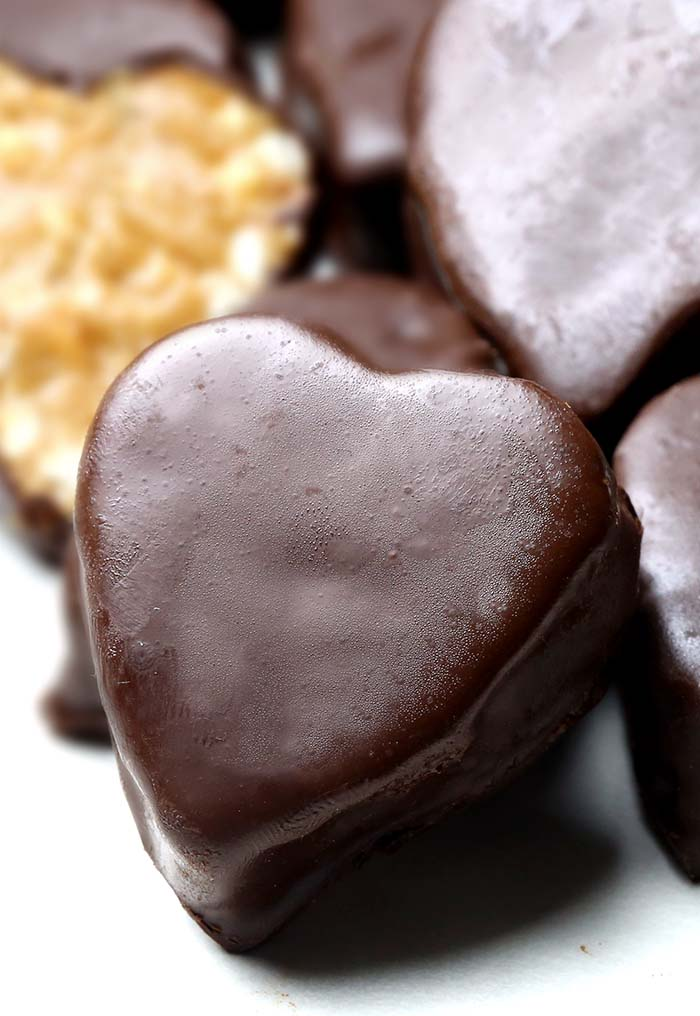 Peanut Butter Balls with Rice Krispies now in a new, special Valentine's Day edition in the shape of heart, creamy and crunchy, with just 5 ingredients and only about 10 minutes to prepare....do I need to say more ?